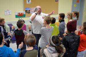 Jim Wingate vor Schülern